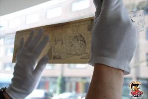 Met gebruikmaking van het (goed schoongemaakte) raam als lichtbak worden kleine potloodstreepjes op de achterkant van de strook gezet. Ter hoogte van de kaderlijnen aan de voorkant.