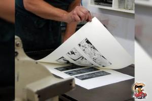 De print is klaar; nu wordt gecontroleerd of de inkt niet is gaan 'kralen', desnoods wordt een nieuwe print gemaakt. Vervolgens wordt de goed gedroogde print bij de Toonder Compagnie op hoge resolutie ingescand.